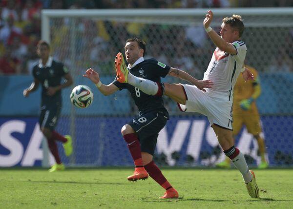 Полузащитник сборной Франции Матьё Вальбуэна (слева) и полузащитник сборной Германии Бастиан Швайнштайгер