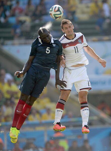 Защитник сборной Франции Мамаду Сако (слева) и нападающий сборной Германии Мирослав Клозе