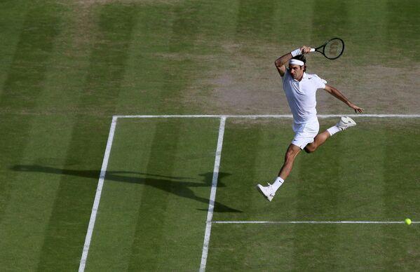 Роджер Федерер во время полуфинального матча Уимблдона против Милоша Раонича