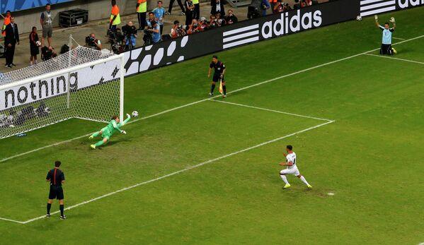 Вратарь сборной Голландии Тим Крул отражает решающий пенальти в исполнении защитника сборной Коста-Рики Микаэля Уманьи