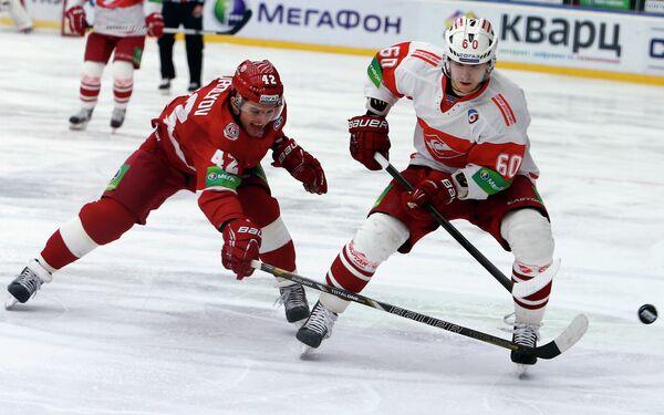 Игрок ХК Витязь Антон Королев (слева) и игрок ХК Спартак Алексей Крутов