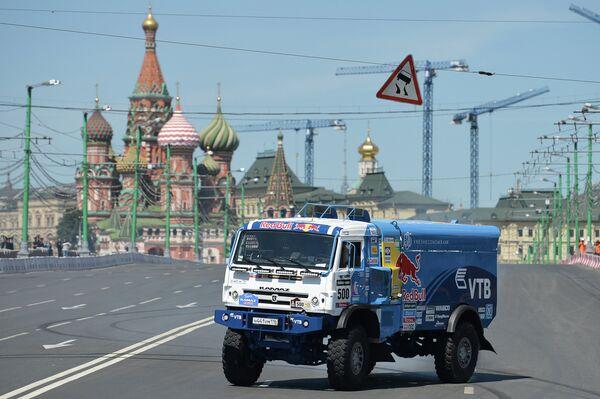 Эдуард Николаев пилотирует автомобиль команды КАМАЗ-Мастер во время шоу Moscow City Racing 2014