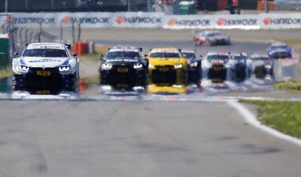 Автомомбили на трассе во время гонки чемпионата по кузовным гонкам (DTM)