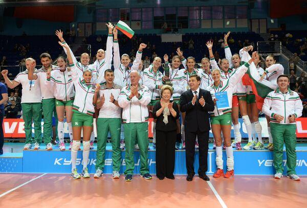 Вдова первого президента России Наина Ельцина (в центре) на церемонии награждения поздравляет игроков и тренерский штаб сборной Болгарии