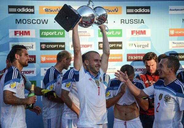 Антон Шкарин (в центре)