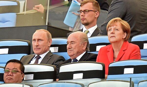 Владимир Путин, Йозеф Блаттер и Ангела Меркель (слева направо)
