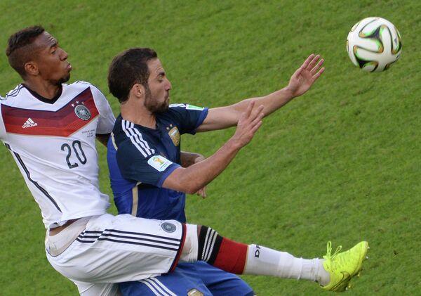 Форвард сборной Аргентины Эсекьель Лавесси (справа) и защитник сборной Германии Жером Боатенг