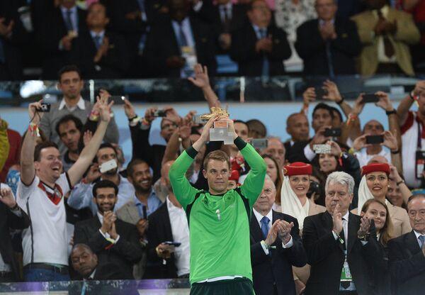 Вратарь сборной Германии Мануэль Нойер с призом лучшему вратарю мундиаля