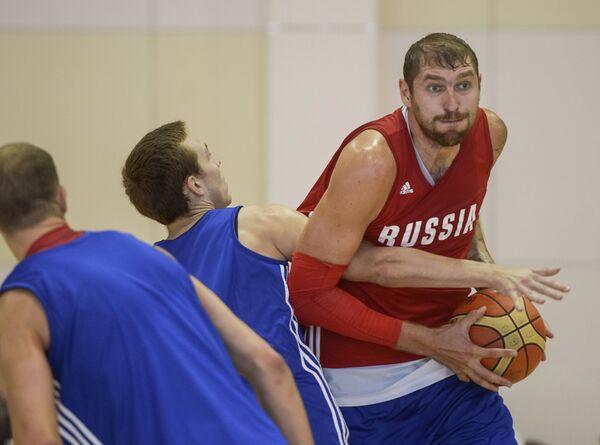Центровой сборной России Дмитрий Соколов (справа)