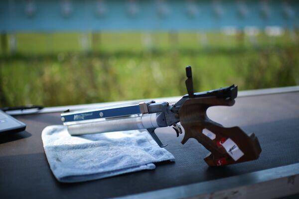 Пистолет на огневом рубеже на Чемпионате России по современному пятиборью