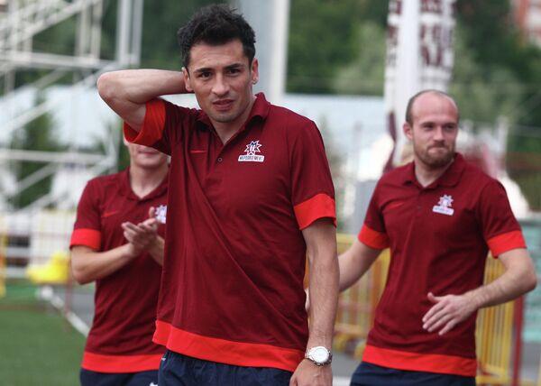Защитник ФК Мордовия Марко Ломич (на первом плане)