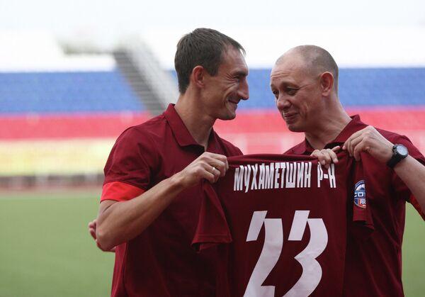 Нападающий ФК Мордовия Руслан Мухаметшин (слева)