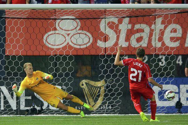 Игровой момент Ливерпуль - Манчестер Сити. Лукас Лейва реализует пенальти в ворота Джо Харта.