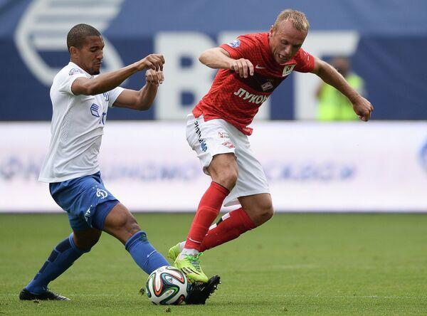 Защитник Динамо Вильям Венкёр (слева) и полузащитник Спартака Денис Глушаков