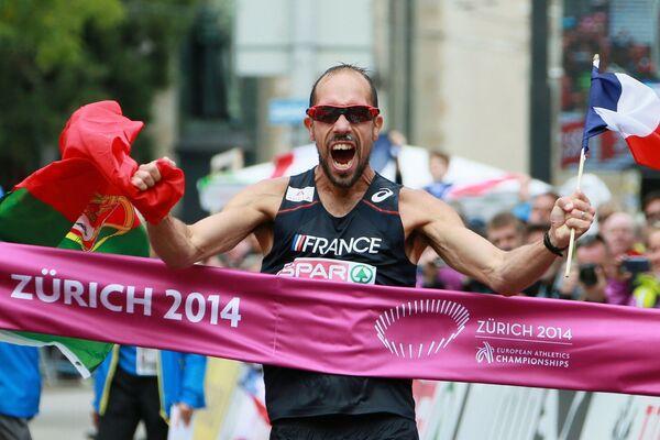 Йоанн Диниз (Франция) финиширует в соревнованиях по спортивной ходьбе на дистанции 50 километров