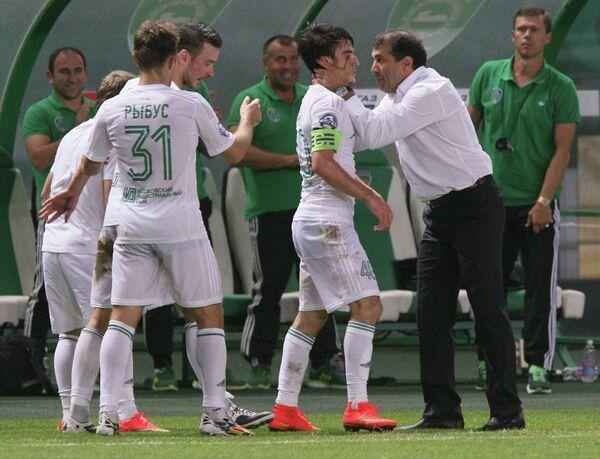 Футболисты Терека Мацей Рыбусь и Ризван Уциев и главный тренер Терека Рашид Рахимов (слева направо) радуются забитому голу.