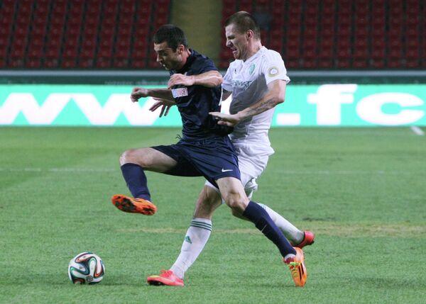 Защитник Мордовии Аслан Дудиев (слева) и защитник Терека Андрей Семенов