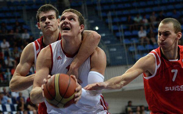 Баскетболисты сборной Швейцарии Арно Коттур (слева) и Марко Младжан (справа) и центровой сборной России Тимофей Мозгов