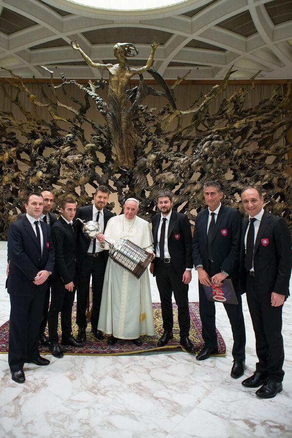 Папа Римский Франциск с копией Кубка Либертадорес в руках вместе с представителями клуба Сан-Лоренсо