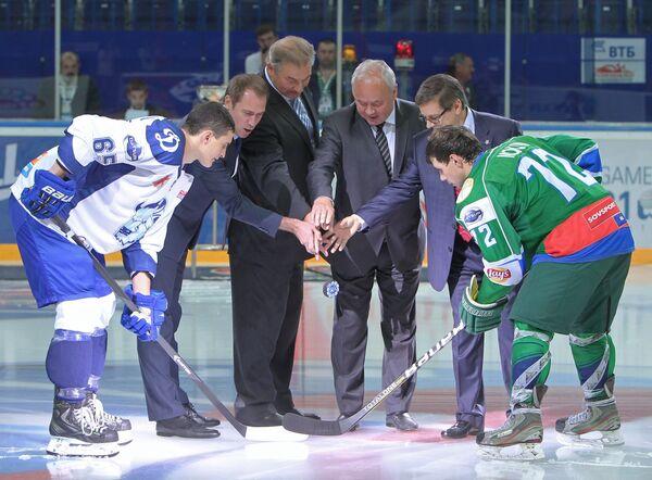 Хоккеист Динамо-Шинника Егор Воронов (слева), президент Федерации хоккея России Владислав Третьяк (в центре), хоккеист Толпара Никита Мокин (справа)