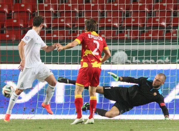 Полузащитник Терека Жозе Маурисио (слева) забивает мяч в ворота голкипера тульского Арсенала Александра Филимонова