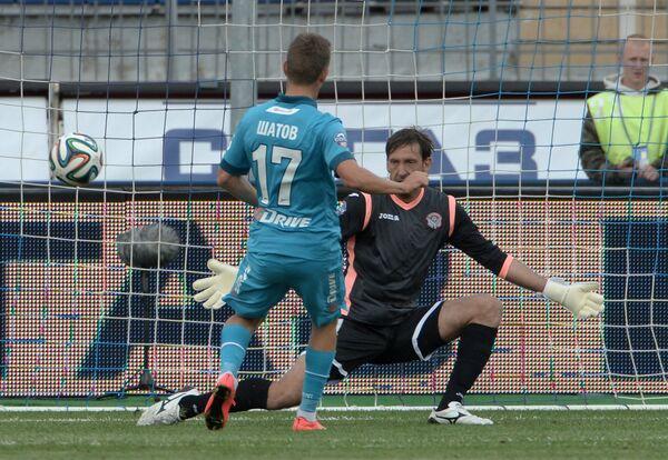 Полузащитник Зенита Олег Шатов (слева) и вратарь Амкара Роман Герус