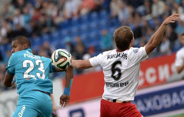 Нападающий Зенита Хосе Саломон Рондон (слева) и защитник Амкара Алексей Никитин
