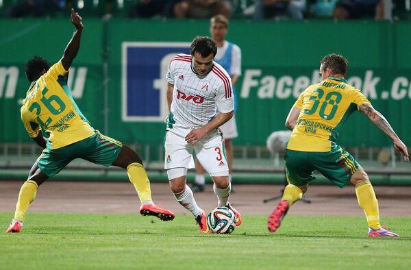 Ползащитник Кубани Секу Олисе, полузащитник Локомотива Алан Касаев и защитник Кубани Андрей Ещенко (слева направо)