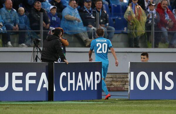Полузащитник Зенита Виктор Файзулин покидает поле после полученной красной карточки.