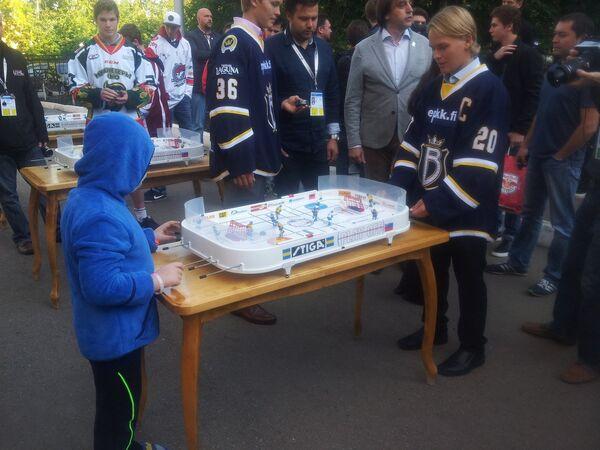 Хоккеисты команд-участниц молодежного Кубка мира посетили в выходной день турнира Республиканскую детскую клиническую больницу в Уфе