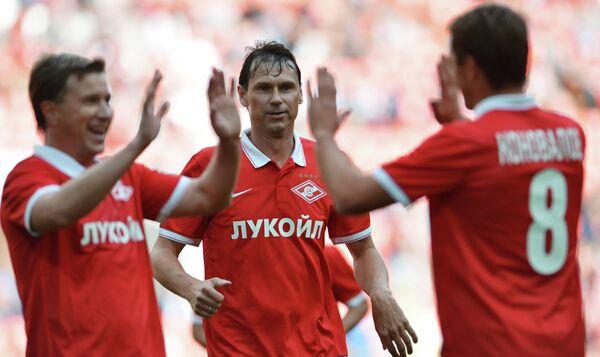 Футболисты команды Красных Валерий Кечинов, Егор Титов и Андрей Коновалов (в центре)