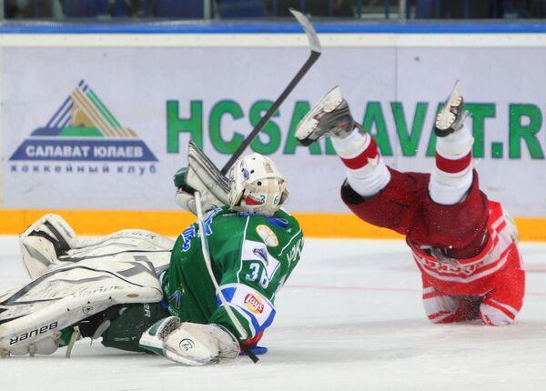 Вратарь Толпара Вячеслав Волков (слева) и защитник Спартака Егор Юдов