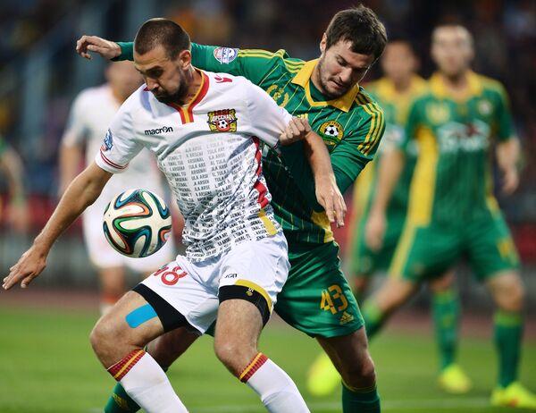 Полузащитник Арсенала Младен Кашчелан (слева) и защитник ФК Кубань Роман Бугаев.