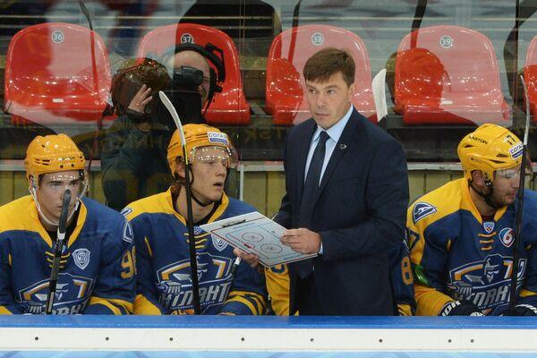 Главный тренер Атланта Алексей Кудашов (третий слева)