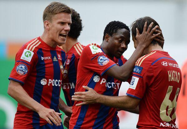 Футболисты ПФК ЦСКА радуются забитому голу в ворота Ростова.