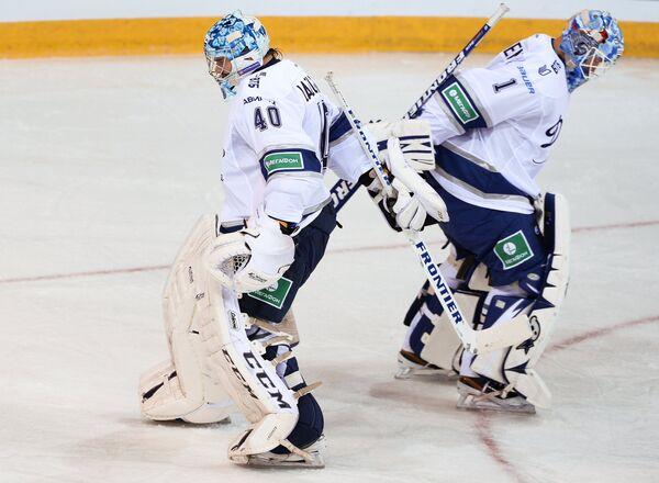 Вратарь Динамо Александр Лазушин (слева) меняет вратаря Александр Еременко