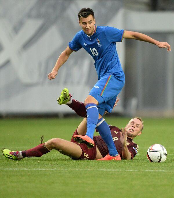 Нападающий сборной Азербайджана Руфат Дадшев (слева) и полузащитник сборной России Денис Глушаков