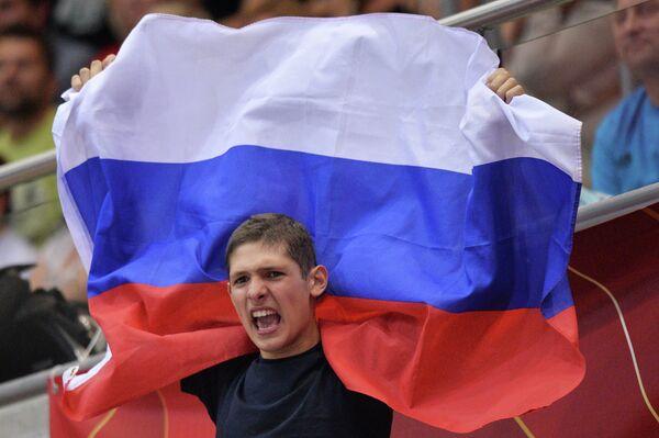 Болельщик сборной России поддерживает свою команду