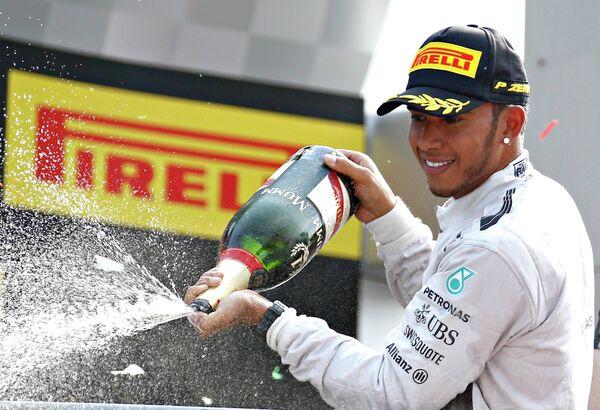 Пилот Мерседеса Льюис Хэмилтон после победы на Гран-при Италии