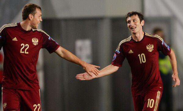 Футболисты сборной России Артем Дзюба и Алан Дзагоев (справа)