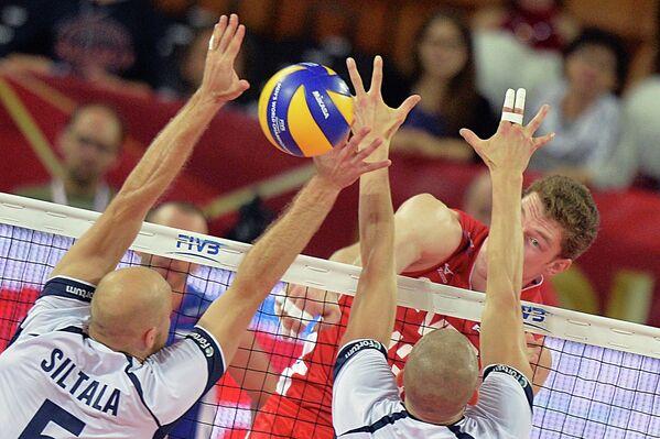 Блокирующий сборной России Дмтрий Мусэрский (на втором плане)