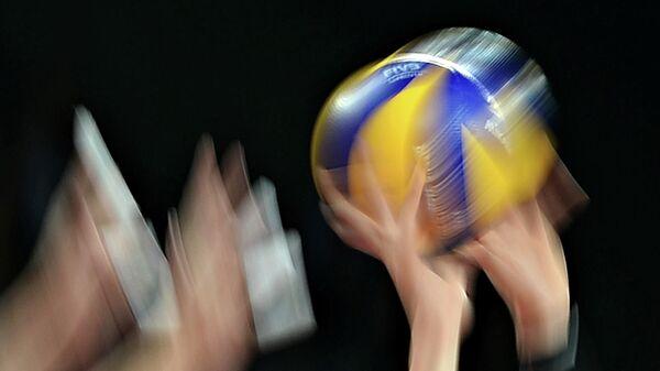 Игроки с мячом в матче чемпионата мира по волейболу