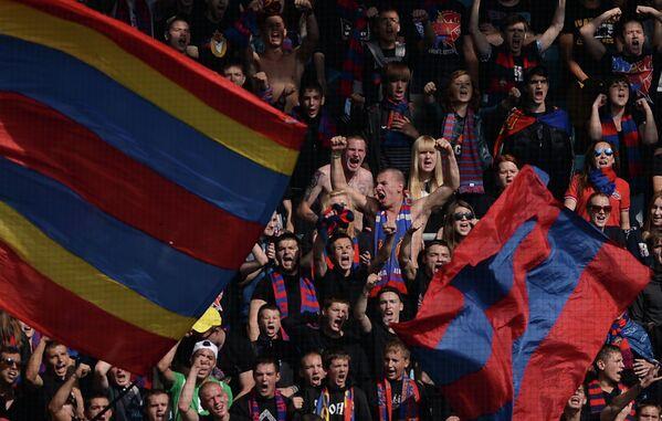 Болельщики ПФК ЦСКА поддерживают свою команду в матче 7-го тура чемпионата России по футболу