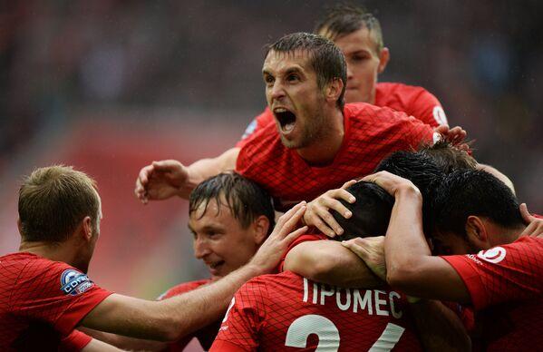 Футболисты Спартака радуются забитому голу