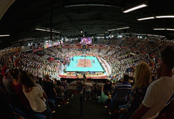Зрители на трибунах во время матча чемпионата мира по волейболу между командами Бразилии и России в Катовице