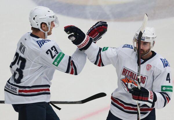 Защитник Металлурга Крис Ли (справа) и форвард Металлурга Евгений Тимкин