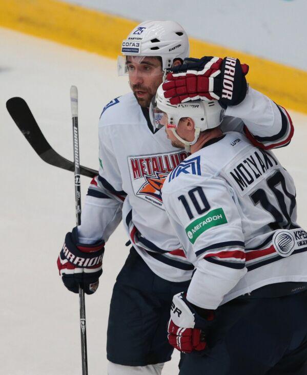 Хоккеисты Металлурга Данис Зарипов (слева) и Сергей Мозякин