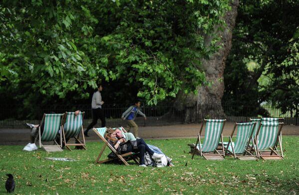 Горожане отдыхают в парке в Лондоне