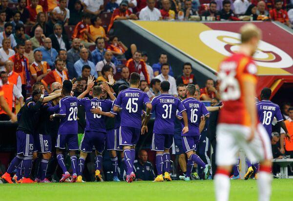 Футболисты Андерлехта радуются забитому мячу в ворота Галатасарая