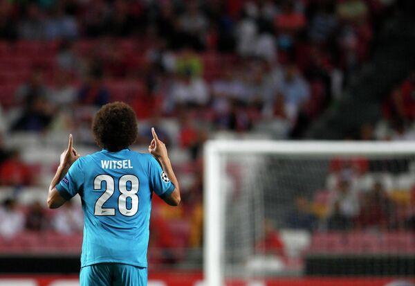 Полузащитник Зенита Аксель Витсель радуется забитому мячу в ворота Бенфики